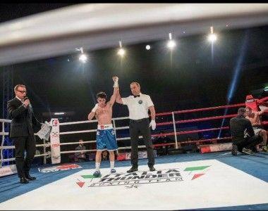Gabriel Escobar vence antes del limite al medallista Vincenzo Picardi, en su debut en las World Series of Boxing