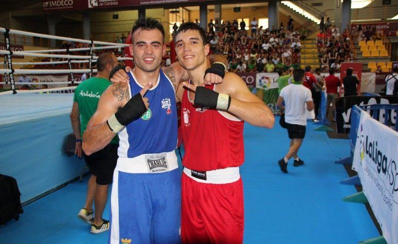 Miguel Cuadrado (oro) y Carlos Romano (plata) se abrazan tras su gran batalla/fotocarlosutrilla